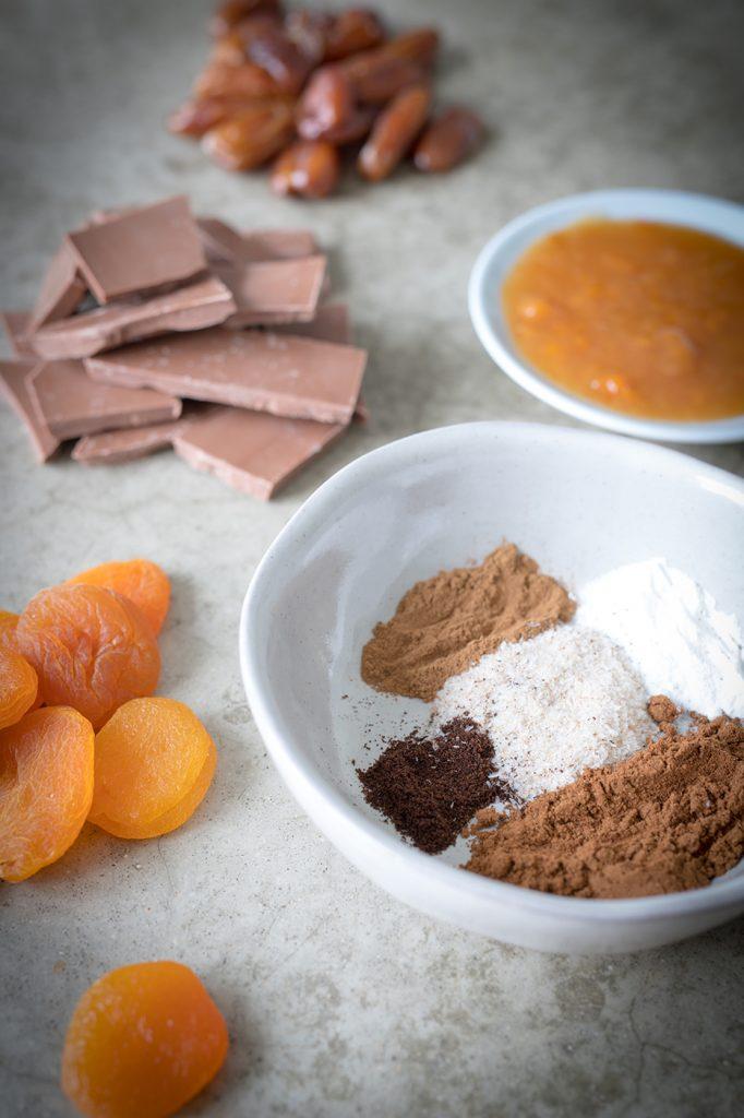 Gesunde Lebkuchen Zutaten: Schokolade, getrocknete Aprikosen, Datteln und Lebkuchengewürz