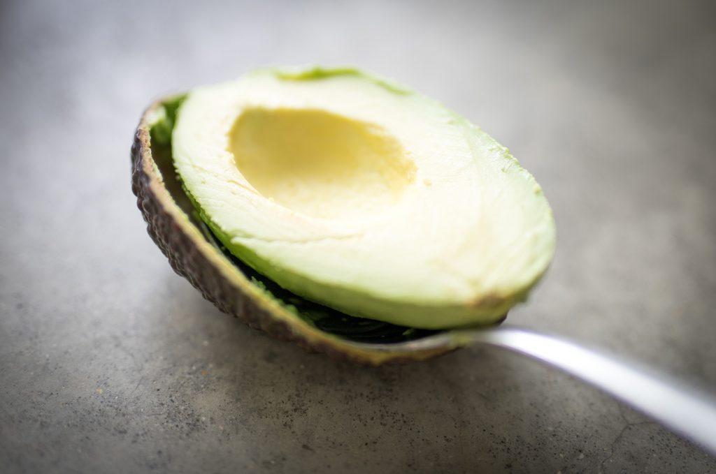 Avocado von Schale lösen